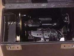 Singer Featherweight Sewing Machine w Case Model 221 NR